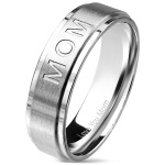 Bague en acier avec l'inscription MOM au recto et Love You Mom au verso.